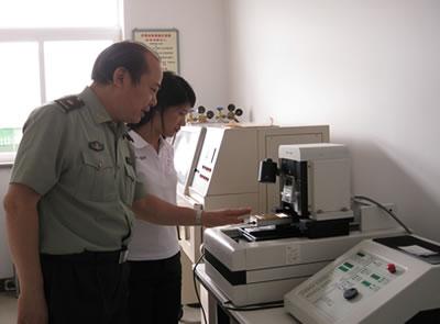 四医大牙体科主任倪龙兴教授与新密最好的牙科医生冯彩霞在实验室