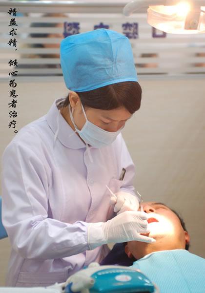 冯彩霞精益求精,倾心为患者治疗。