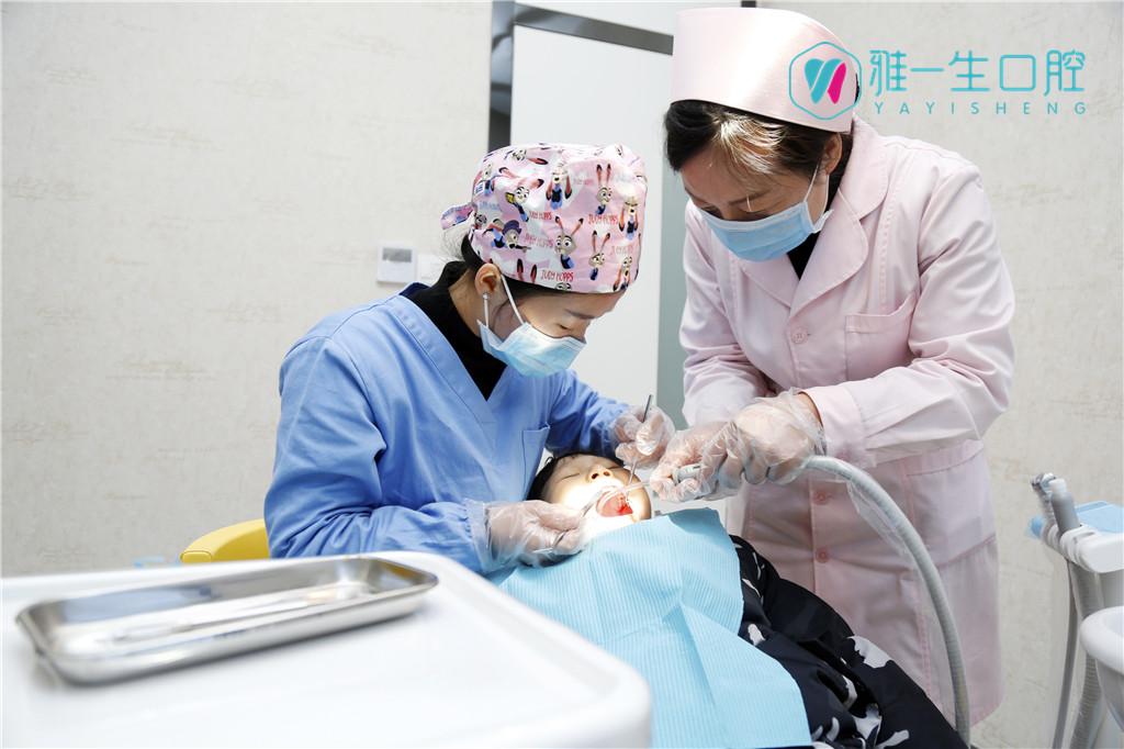 新密雅一生口腔_为儿童做牙齿治疗中